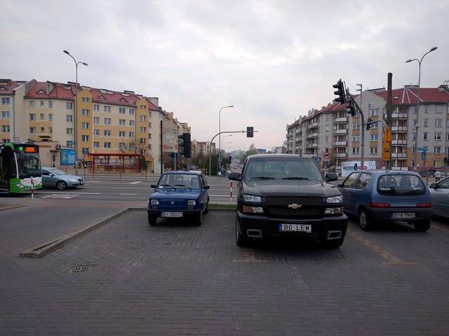 Parcheggiata la Fiat accanto a un'automobile reale oggi.