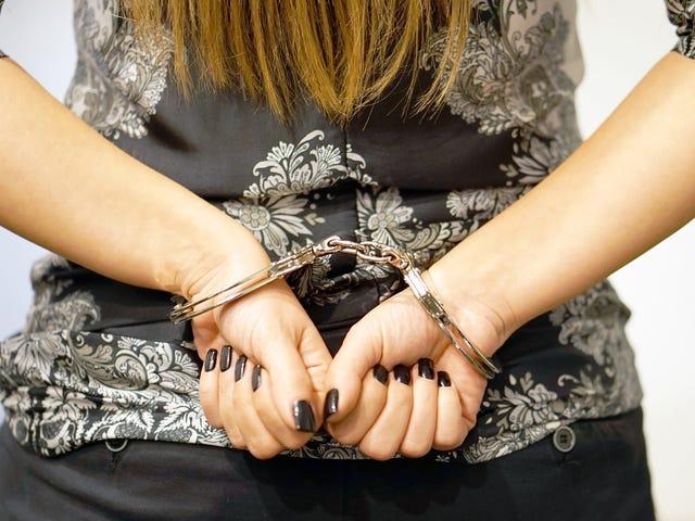 2 Ex-NYC-poliser får prov på att ha sex med en handbojor i tonåring som de bara hade arresterat