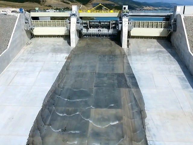 Deixe a calma lavar-se de você enquanto esta barragem abre seu vertedouro pela primeira vez