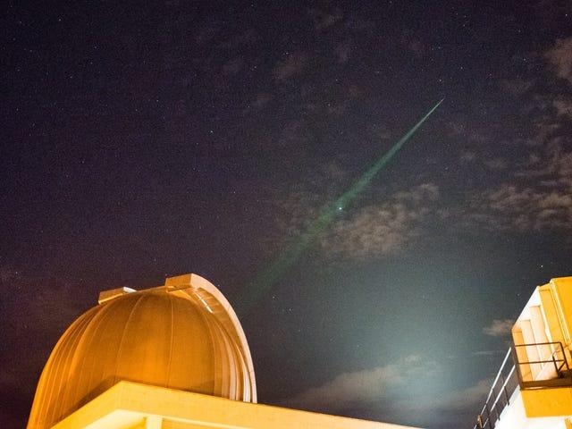 科学家们确认了太空中光的疯狂量子力学特性