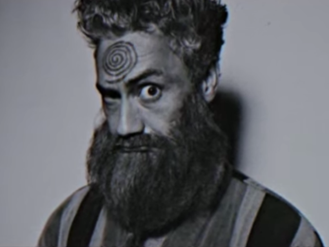 Taika Waititi to zwariowany mesjasz w zwiastunie Siedmiu etapów, aby osiągnąć zwiastun wiecznej błogości