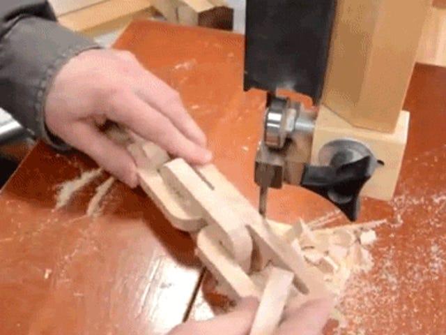 Thuật sĩ chế biến gỗ này biến một khối gỗ thành chuỗi