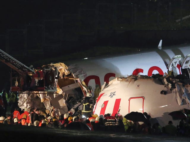 Et fly med 183 mennesker om bord bryder ind i tre landing i Istanbul [Opdateret]