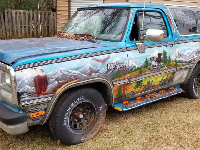 Chiếc Dodge Ramcharger trị giá 600 đô la này được trang trí với 14 con đại bàng hói có thể là chiếc xe tải Murica nhất