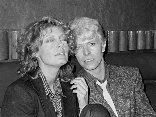 David Bowie, Susan Sarandon y Zuul, The Gate Keeper of Gozer, entran en un bar ...