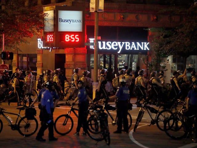 Οι αστυνομικοί του Σαιντ Λούις προγραμμάτισαν να διώξουν τους διαδηλωτές, αλλά ασυνείδητα κτύπησαν έναν Cop τον εχθρό.  Τώρα είναι κατηγορημένοι