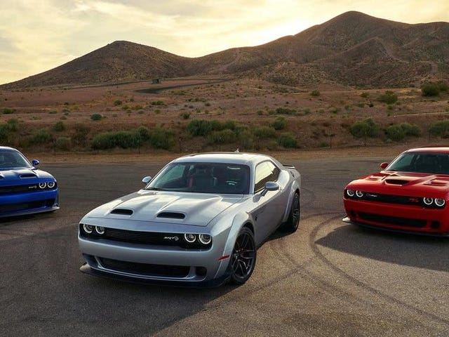 Den gennemsnitlige udfordrerkøber er 51 år gammel, på en eller anden måde yngre end Mustang- og camaro-købere