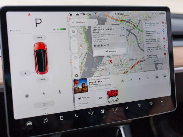 Cop kéo Tesla Model 3 Driver cho 'Computer' được gắn trên Dashboard