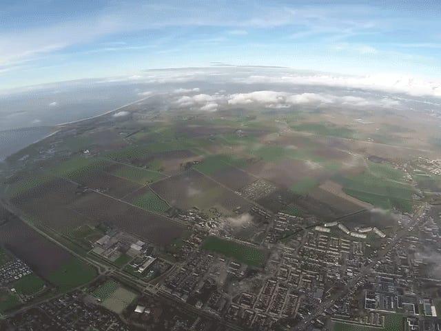 Un drone che vola a due miglia di altezza è uguale a parti illegali e belle