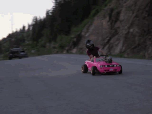 Någon satte en riktig motor i en Barbie-leksaksbil och resultatet är härligt