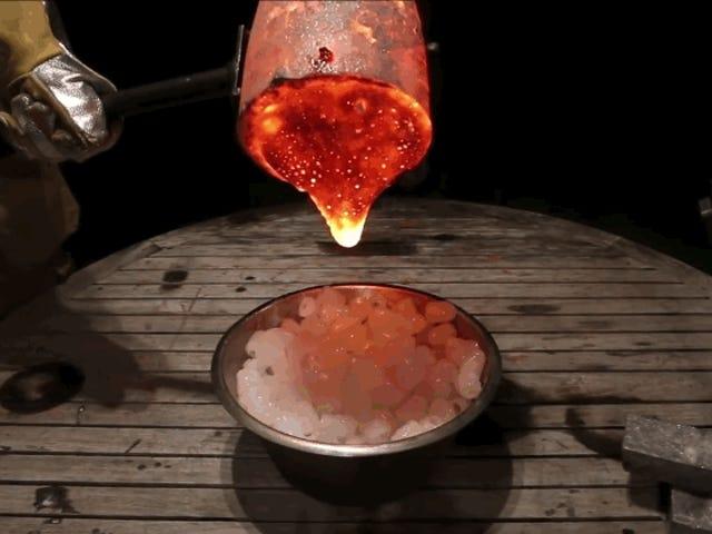 La increíble resistencia de 200 cubos de hielo cuando viertes lava sobre ellos