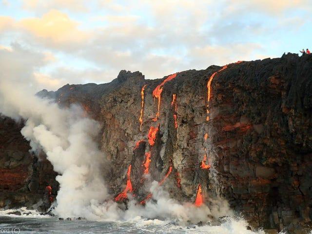 Lava die over een klif morst, lijkt op hete snoepjes