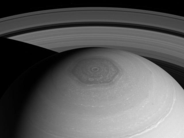 Колір-мінливий, шестикутний вихор на Сатурні знову здивований вченим