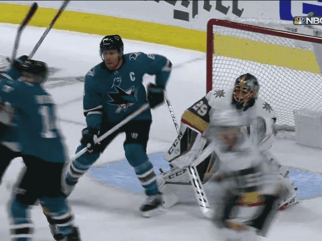 Sharks 'Joe Pavelski trifft einen am Kinn, damit sein Team das erste Tor erzielt