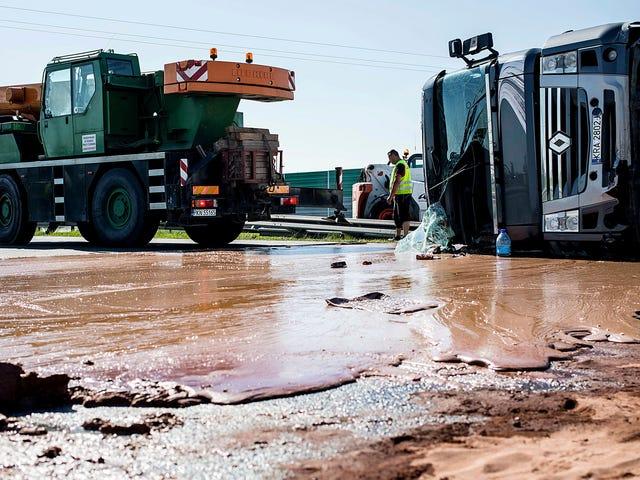 Oops!  Un camion Tippy versato tonnellate di cioccolato appiccicoso su tutta la strada