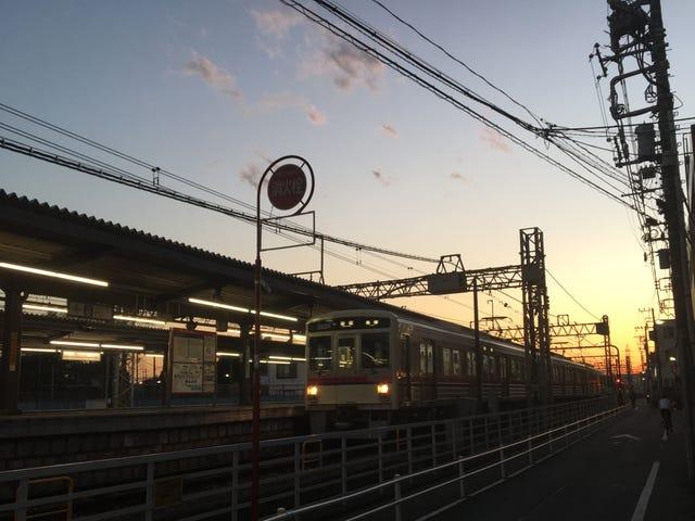 Estação Tsutsujigaoka no Sunset.  Tóquio, Japão.  Por Justin Leeper.