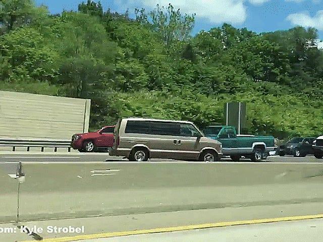 Hãy liên hệ với mắt với một kẻ cướp ngân hàng đang chạy từ cảnh sát về phía sai của đường cao tốc