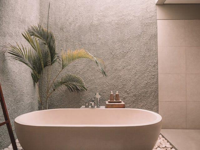 El mito es cierto: bañarse con agua caliente antes de acostarse ayuda a dormir mejor