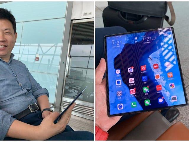 Huawei CEO jagtes ved hjælp af en forbedret version af Mate X i en lufthavn