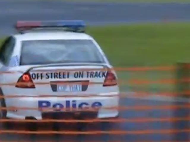 观看澳大利亚警察漂流他的霍顿与当地的Hoons