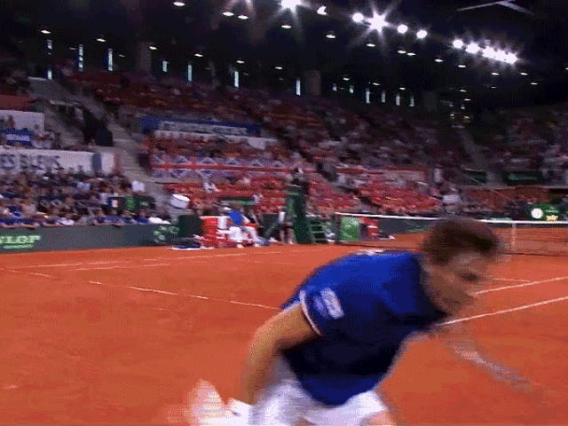 テニス選手は立ち止まり、ボールをプレーに戻す