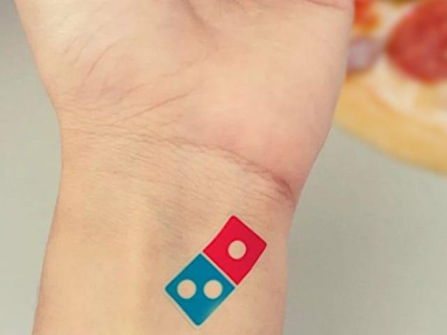 Domino's ofrece en Rusia 100 años de pizza gratis al que se tatúe su logo, ¿qué podía salir mal?
