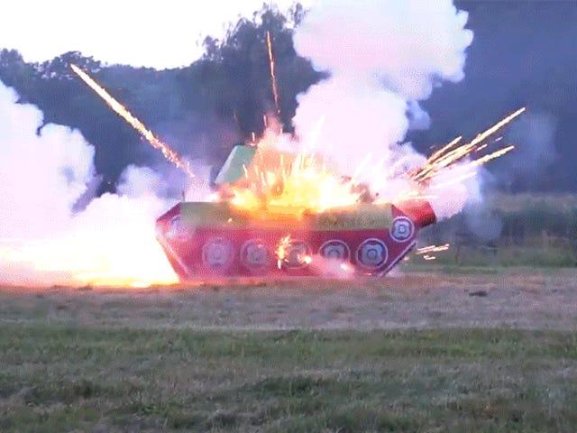 No estás haciendo bien el cuatro de julio si no estás volando el tanque de fuegos artificiales más grande del mundo