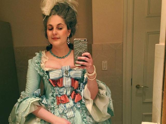 Pembenci di Met Ditolak Masuk ke Wanita yang Suka Berpakaian di Periode Kostum
