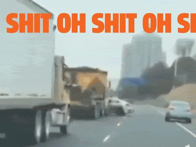Big-Ass kamyon şoförü bir şekilde bir otoyol boyunca yana doğru itti araba görmüyor
