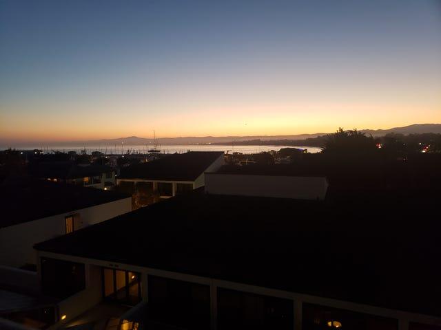 Monterey Körfezi üzerinden gündoğumu