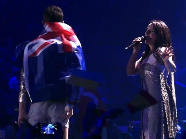 L'idiot sur le terrain envahit le concours Eurovision de la chanson, laisse tomber les tiroirs, lunes du monde