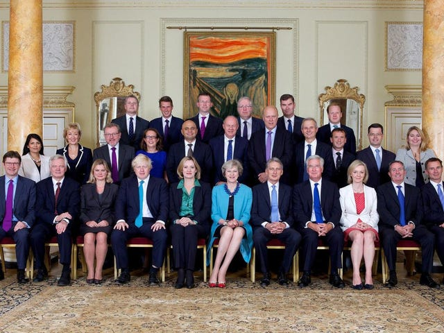 Det Virale Foto af Theresa May med Scream Painting er helt falsk