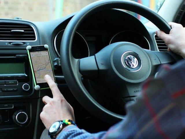 Bangun Mount Mobil Smartphone yang Sederhana, Kokoh, dengan Sugru dan Magnet