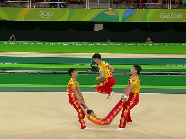 Cooler neuer Gymnastikzug: Verwenden Sie Ihren Teamkollegen als Springseil