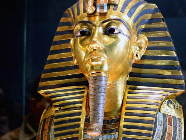 Rompen la máscara de Tutankamón y la dañan aún al arreglarla