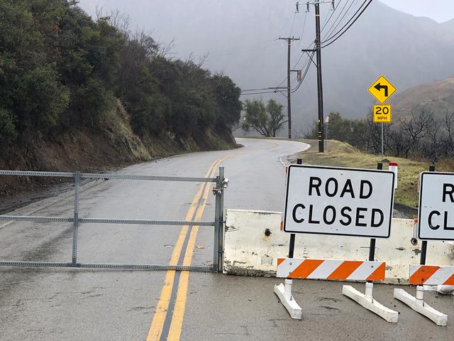 Lebih Setahun Kemudian, Masih Tidak Ada Wang Untuk Memperbaiki Salah Satu Jalan Memandu Paling Popular di LA