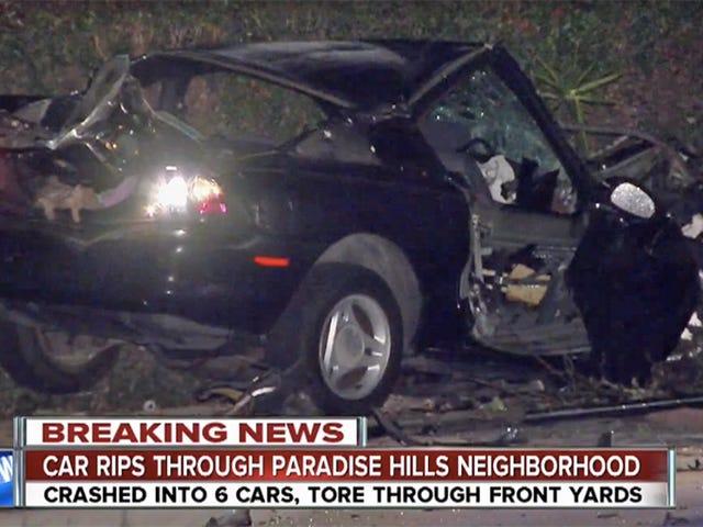 Το Ford Mustang καταρρέει μέσα από έξι αυτοκίνητα και ένα φράχτη, ο οδηγός εξακολουθεί να είναι μεγάλος