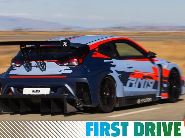 À quoi ressemble la conduite d'une sauvage à propulsion arrière à moteur central de 390 chevaux de Hyundai
