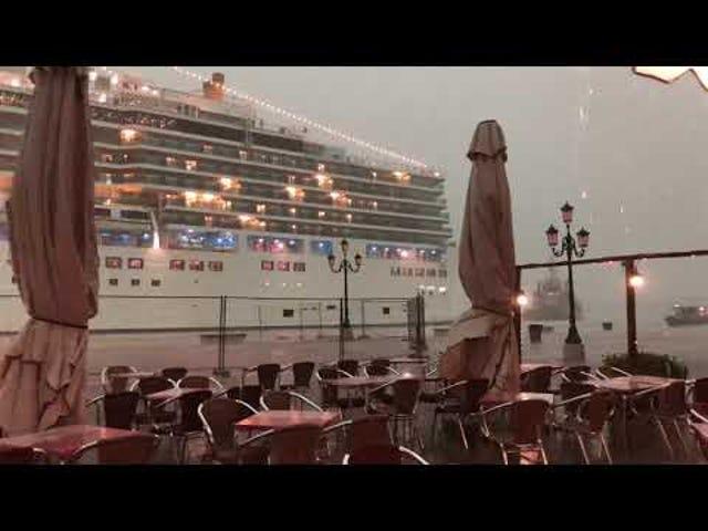 Масивний океанський лайнер з'являється з туману і майже розбивається на Венеціанську док
