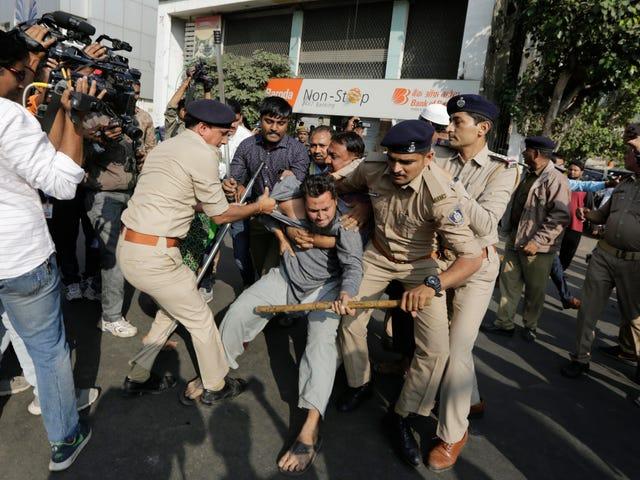 インド当局は、大衆抗議、市民権法に対する怒りの中でインターネットのシャットダウンを命じる