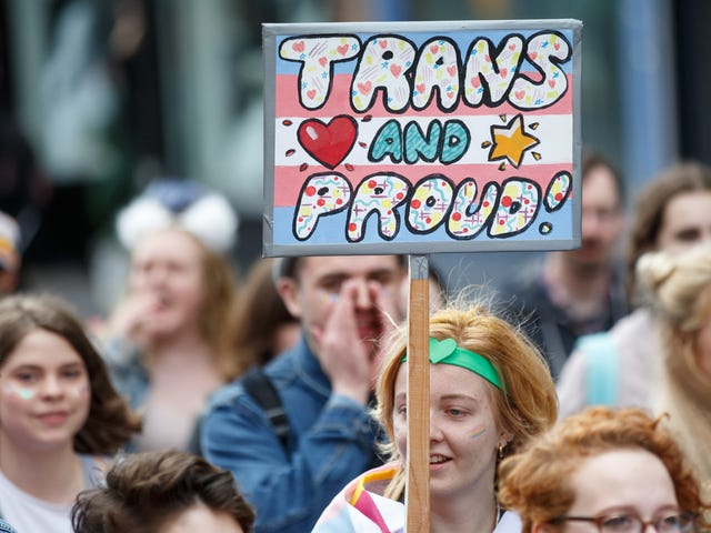 Querela intentata contro il giudice che si rifiuta di permettere ai transessuali di cambiare legalmente i loro nomi