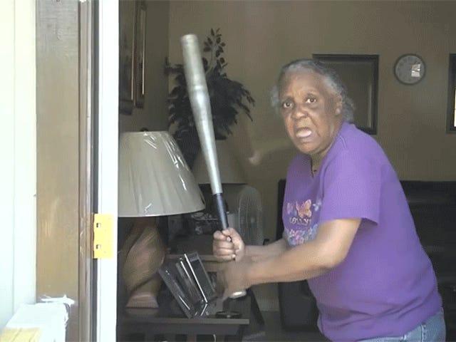 Floride: sa grand-mère utilise ses talents de softball pour cogner la tête d'un cambrioleur à moitié nue avec une batte