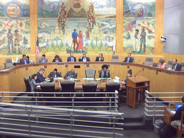 Ο νομοσχέδιο που θα μπορούσε να ανακαλέσει το Uber, περνάει από την επιτροπή πιστώσεων της Γερουσίας της Καλιφόρνια, 5-2