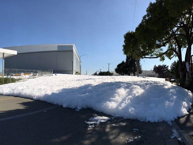 Xem một bức tường lạ của Foam xâm nhập vào đường California