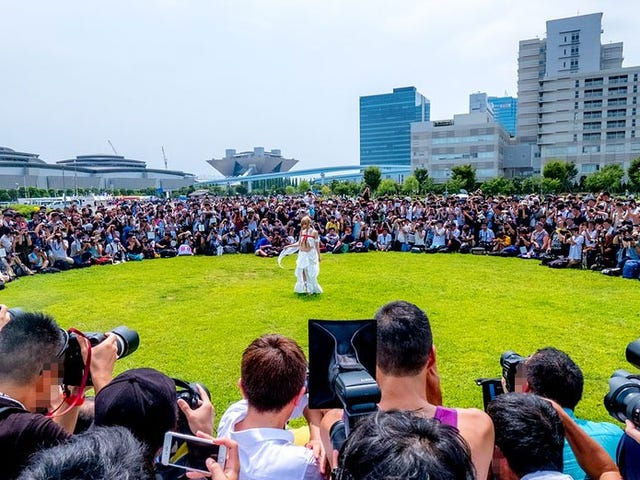 Japan&#39;s Most Famous Cosplayer Draws A Huge Crowd<em></em>