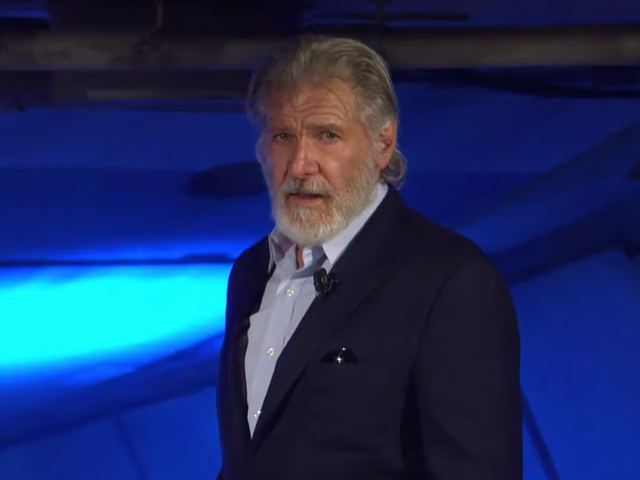 Pinarangalan ni Harrison Ford ang late Chewbacca actor na si Peter Mayhew sa gilid ng Galaxy's Edge