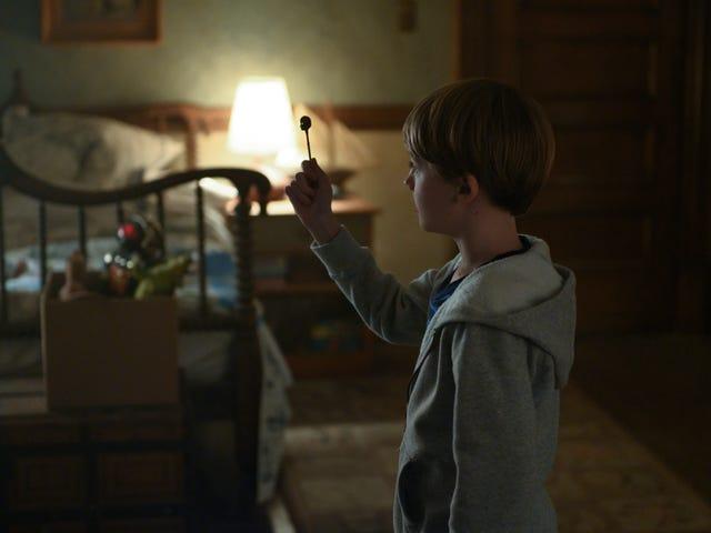 สำรวจว่า Netflix ใช้ Locke & Key อย่างไรจากหน้าจอหนึ่งไปยังอีกหน้าจอหนึ่ง
