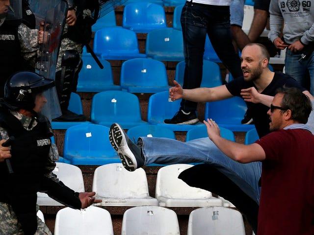 Röda Star Belgrade spelade Partizan idag, vilket innebär att det var våldsamma upplopp