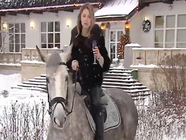 Chúc mừng năm mới từ một chính trị gia Nga và con ngựa của cô