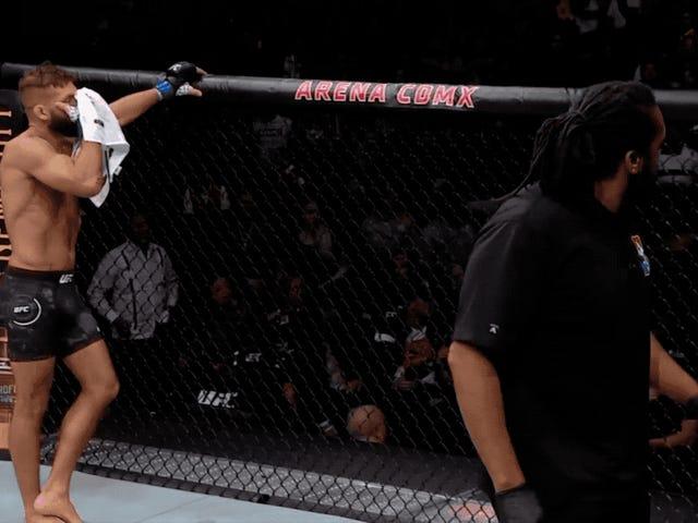 Crowd saa raivoissaan UFC: n päätapahtuman pysähtymisen jälkeen; Ilmoittaja piiloutuu taulukon alle
